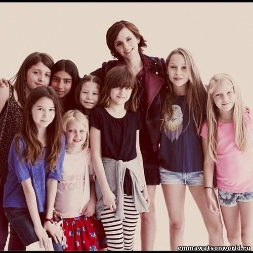 Эмма с очаровательными девочками - поклонницами!